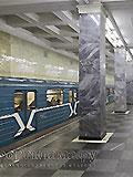 """Станция """"Сокольники"""". В центре станционного зала находится двухсторонняя широкая лестница для входа и выхода пассажиров."""