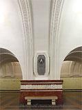 """Станция """"Фрунзенская"""". Станционный зал. Высокие гиперболические порталы создают лёгкую стройность пилонам."""