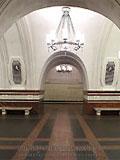 """Станция """"Фрунзенская"""". Станционный зал. Путевые стены облицованы керамической плиткой. Пол вымощен красным и черным гранитом образуя оригинальный геометрический орнамент."""