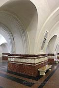 """Станция """"Фрунзенская"""". Пилоны, со стороны путевых и центрального залов, имеют мраморные скамьи для пассажиров."""
