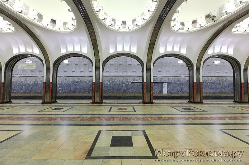 Станция Маяковская. Станционный зал. Массивные пилоны заменены изящными легкими колоннами, покрытыми рифленой нержавеющей сталью