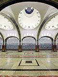 """Станция """"Маяковская"""".Станционный зал. Массивные пилоны заменены изящными легкими колоннами, покрытыми рифленой нержавеющей сталью."""