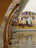 """Станция метро """"Парк Победы"""". Южный станционный зал. На торцевой стене расположено мозаичное панно посвященное героям Отечественной войны 1912 года работы Зураба Церетели."""