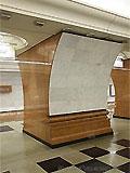 """Станция метро """"Парк Победы"""". Южный станционный зал. Лицевая сторона пилонов и путевые стены облицованы светло-серым мрамором, порталы пилонов - коричневым."""