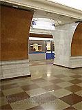 """Станция метро """"Парк Победы"""". Северный станционный зал. Переходный мостик в южный зал станции с последующим выходом в город."""