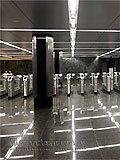 """Станция метро """"Славянский бульвар"""". Аванзал западного подземного вестибюля, турникеты по входу и выходу пассажиров."""