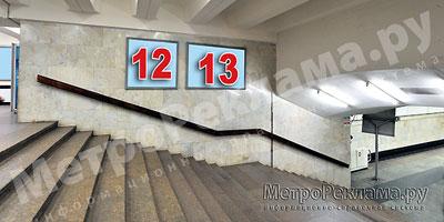 """Станция """"Бабушкинская"""". Северный подземный вестибюль станции. Лестница по входу/выходу пассажиров из станционного зала в подземный вестибюль. Несветовые щиты, рекламные места №№ 12, 13"""