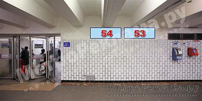 """Станция """"Бабушкинская"""". Южный подземный вестибюль станции. Подуличный переход, потолочная балкапо выходу пассажиров в город. Информационные указателиразмером 1,2 х 0,4 м. Рекламные места №№ 53, 54."""