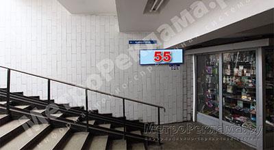 Станция Бабушкинская. Южный подземный вестибюль станции. Подуличный переход, левая лестница по выходу пассажиров в город. Информационные указатель размером 1,2 х 0,4 м. Рекламное место № 55.