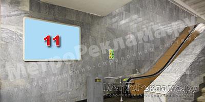 """Станция """"Новогиреево"""". Южный подземный вестибюль станции. Эскалаторный зал, левая стена по выходу пассажиров. Щит несветовой размером 1,8 х 1,2 м. Рекламное место № 11. Хороший обзор по выходу пассажиров в город."""