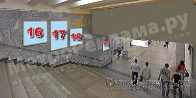 """Станция """"Новогиреево"""". Северный подземный вестибюль станции. Лестница по входу/выходу пассажиров из станционного зала в подземный вестибюль. Несветовые щиты, рекламные места №№ 16, 17, 18, 19"""