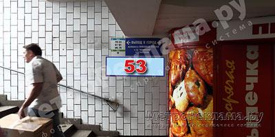 """Станция """"Новогиреево"""". Южный подземный вестибюль станции. Подуличный переход, выход пассажиров в город из стеклометаллических дверей направо. Информационные указатели размером 1,2 х 0,4 м. Рекламное место № 53"""