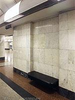 """Станция метро """"Дубровка"""".  Путевая платформа, скамья для удобства пассажиров."""
