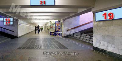 """Северный вестибюль станции  """"Марьино"""". Выход в город из подуличного перехода на ул. Люблинская. (нечётная сторона), и ул. Новомарьинская. Информационный указатель № 19 при выходе из стеклометаллических дверей подземного вестибюля, правая сторона"""