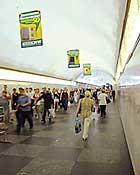 Реклама в метро. Флаги на станциях и переходах метро. Станция Проспект Мира радиальная. Переход на Кольцевую линию. Пассажиропоток более 200 тысяч человек в сутки.