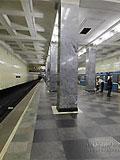 """Станция """"Сокольники"""". Станционный зал имеет два ряда по 23 колонны квадратного сечения. Кколонны облицованы серо-голубым уральским мрамором """"уфалей"""", а у основания - марблитом."""