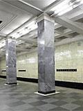 """Станция """"Сокольники"""". Путевые стены облицованы сверху светло-желтой, а снизу - черной керамической плиткой. Пол вымощен черным и серым гранитом."""