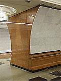 """Станция метро """"Парк Победы"""". Южный станционный зал. Полы выложены серым и черным гранитом. Лицевая сторона пилонов и путевые стены облицованы светло-серым мрамором."""