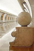"""Станция метро """"Парк Победы"""". Северный станционный зал. Скамья с мраморными шарами для пассажиров."""