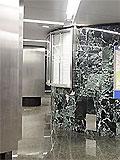 """Станция метро """"Славянский бульвар"""". Аванзал западного подземного вестибюля, левая стена по входу пассажиров на которой размещена схема прилегающих улиц."""