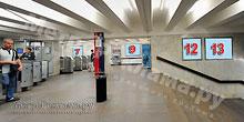 """Станция """"Бабушкинская"""". Северный подземный вестибюль станции. Лестница по входу/выходу пассажиров из станционного зала в подземный вестибюль. Несветовые щиты, рекламные места №№7, 9, 12, 13"""