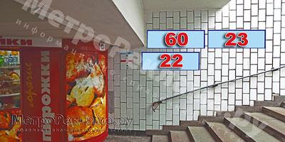 """Станция """"Новогиреево"""". Южный подземный вестибюль станции. Подуличный переход, выход пассажиров в город из стеклометаллических дверей налево. �нформационные указатели размером 1,2 х 0,4 м. Рекламные места №№ 60, 22, 23"""