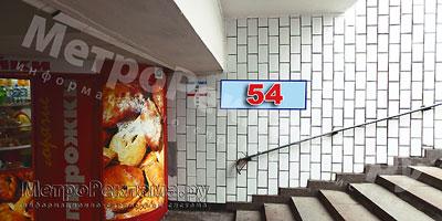 """Станция """"Новогиреево"""". Южный подземный вестибюль станции. Подуличный переход, выход пассажиров в город из стеклометаллических дверей налево. �нформационные указатели размером 1,2 х 0,4 м. Рекламное место № 54"""