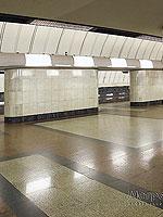 """Станция метро """"Дубровка"""".  Пол станционного зала вымощен гранитом трёх цветов и образует строгий геометрический рисунок."""