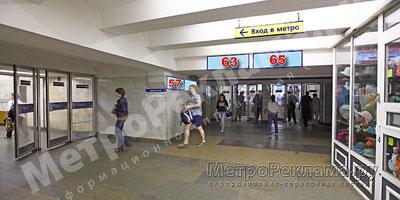 """Южный вестибюль станции  """"Марьино"""". Подземный вестибюль, информационные указатели № 63, 65. Потолочная балка по выходу пассажиров в город"""