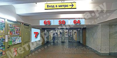 """Северный вестибюль станции  """"Марьино"""". Подземный вестибюль, несветовой щит № 7, и информационные указатели №№ 65, 50, 64 на потолочной балке по выходу пассажиров в город."""