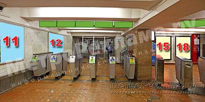 """Рекламные щиты по выходу пассажиров в город на станции """"Каховская"""""""